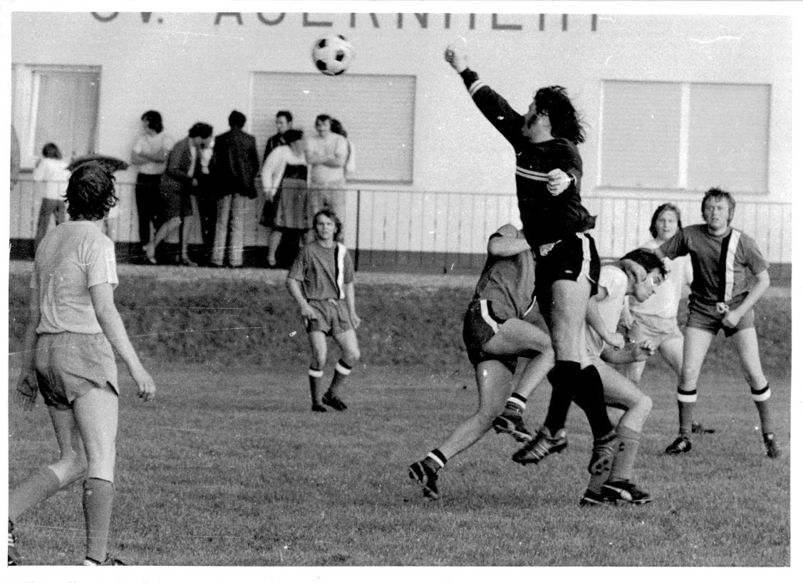 1973_Sportplatzeinweihung_Spiel_043